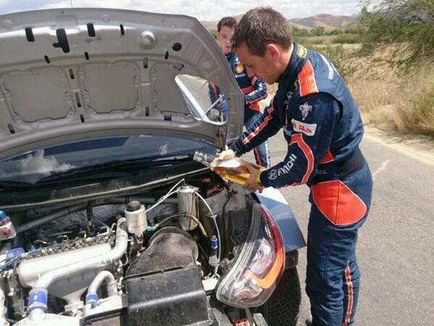 Neuville echa cerveza al radiador del Hyundai i20 WRC