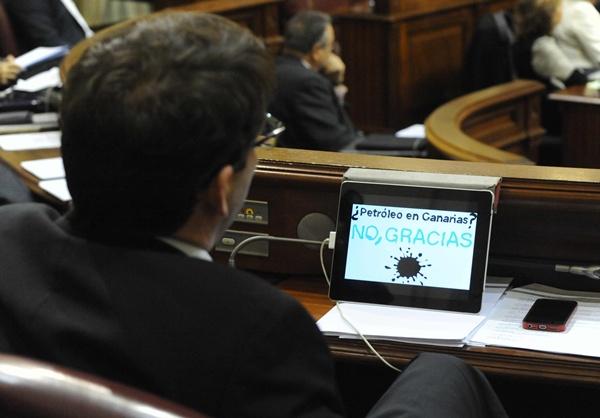 Detalle de la sesión plenaria en la que se aprobó la solicitud de referéndum sobre las prospecciones petrolíferas. | JAVIER GANIVET