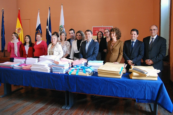 El alcalde asistió ayer al acto de clausura del proyecto y entrega de diplomas a las alumnas. | DA