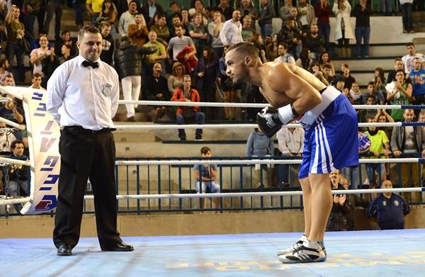 Ruymán Delgado saluda a los aficionados antes de un combate. | SERGIO MÉNDEZ