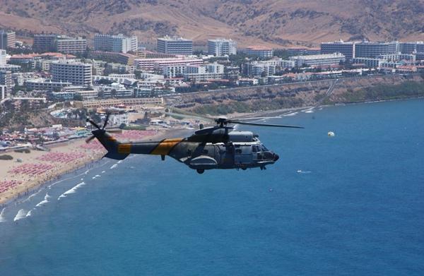 El helicóptero Superpuma del 802 Escuadrón del Ejército del Aire saliendo de su base en Gando. | DA