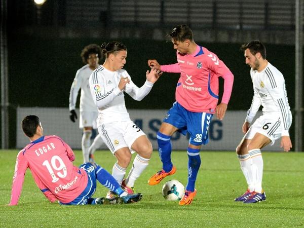 El delantero de María Jiménez intenta llevarse un balón durante una jugada del encuentro de ayer.    JOSÉ MANUEL MANZANEQUE