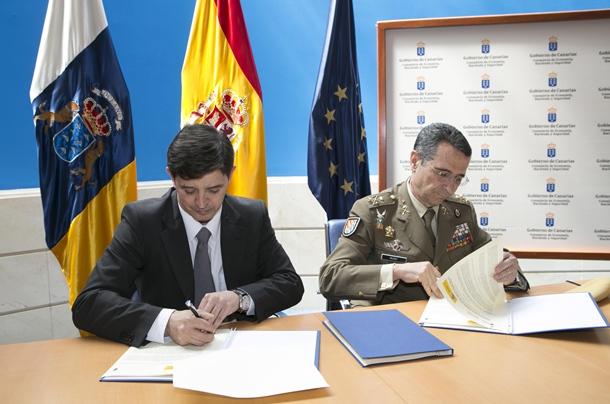 el Teniente General Jefe de la UME, César Muro; y el consejero de Economía, Hacienda y Seguridad, Javier González Ortiz;