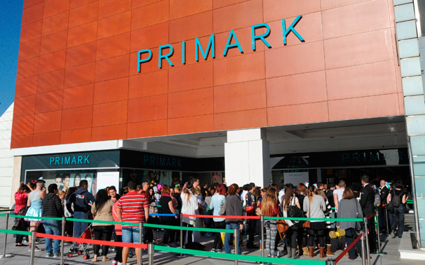 Imagen de las colas el día de la inauguración de la tienda en el Centro Comercial Meridiano el pasado 27 de febrero. / JAVIER GANIVET