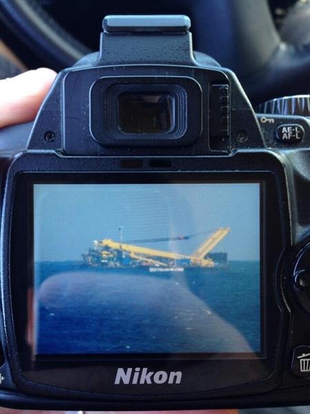 Imagen del remolcador llevando al otro barco. | @javicelard