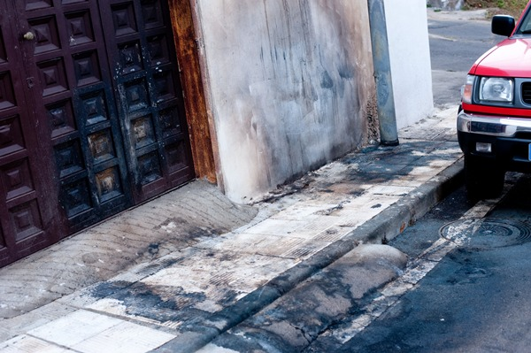 La fachada afectada por el incendio, tras retirarse el vehículo.   F. PALLERO