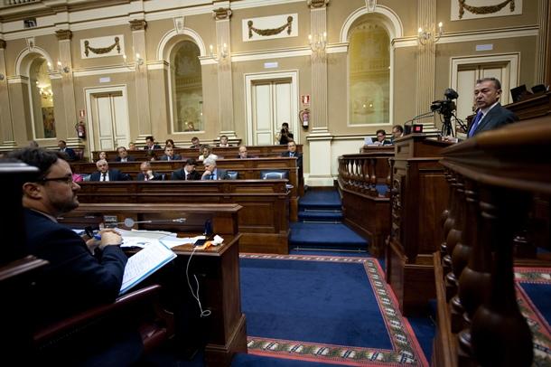 El presidente del Gobierno canario, Paulino Rivero, responde a la oposición en el debate de política general. / FRAN PALLERO