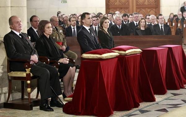 Los mandatarios, incluido Obiang, saludaron a los Reyes y al resto de autoridades en el atrio de la catedral de La Almudena antes de la misa. | POOL