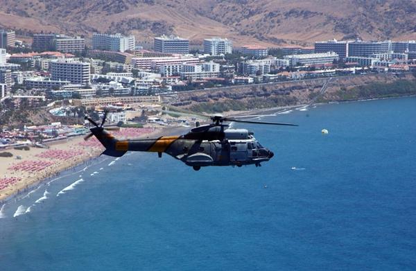 Un Super Puma HD 21 del 802 escuadrón del Ejército de Aire como el accidentado, camino de Gando. / DA