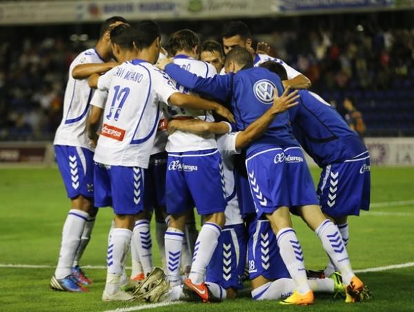 jugadores cd tenerife celebran gol ante Deportivo