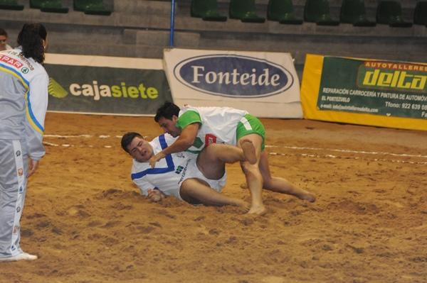 El Campitos muestra su descontento con la actuación de Peraza. / J. G.