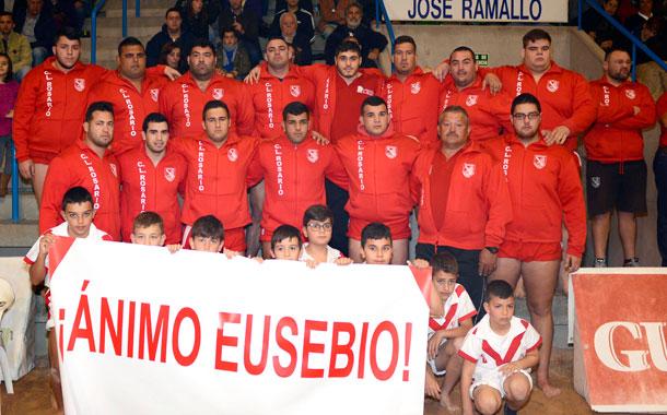 Eusebio Ledesma, lesionado de la rodilla, desde la grada hace un gran papel de motivación sobre sus compañeros para que el Rosario Estación de Servicio El Mirador revalide el título de la Liga Cabildo de Tenerife de Primera Categoría. / SERGIO MÉNDEZ