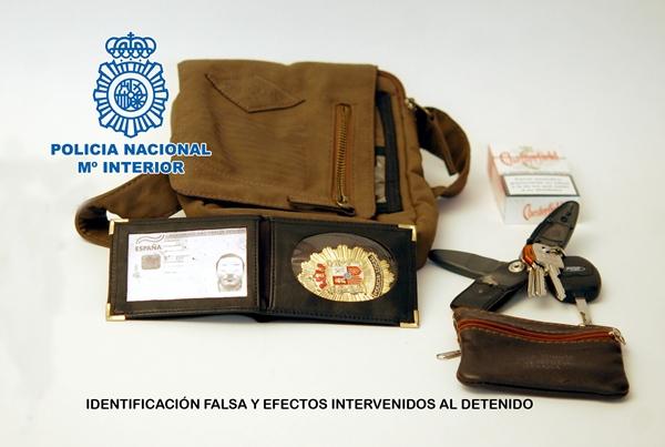 Objetos intervenidos al detenido, entre ellos, una placa de policía local falsa. | DA