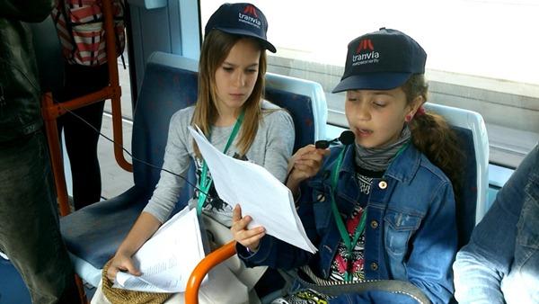 Laura, alumna de Primaria, recita unos versos de Agustín Millares Sall, durante un viaje en el metro ligero. | DA