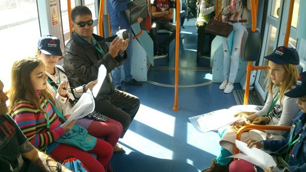 Alumnos del colegio Prácticas Anejas, de La Laguna, durante un recital en el tranvía de Tenerife. | DA