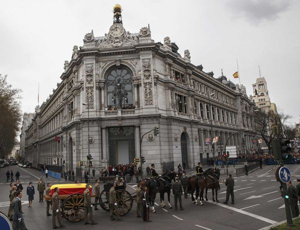 A horse-drawn carriage carries the coffin of Spain's former Prime Minister Suarez next to the Bank of Spain during his funeral procession in Madrid