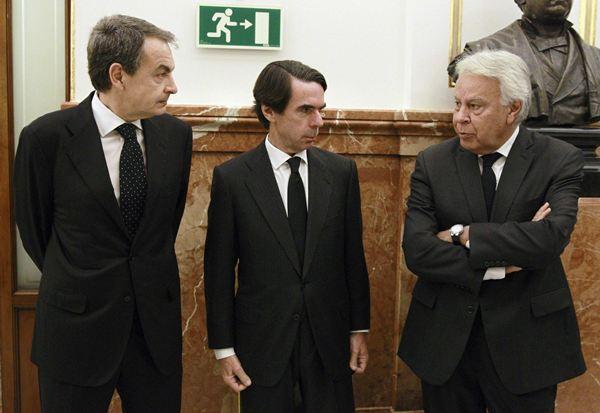 Zapatero, Aznar y Felipe González, en el entierro de Suárez. / REUTERS