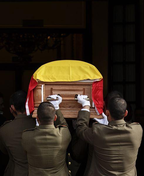 Numerosas autoridades políticas se han acercado a despedir al primer presidente de la democracia. / REUTERS