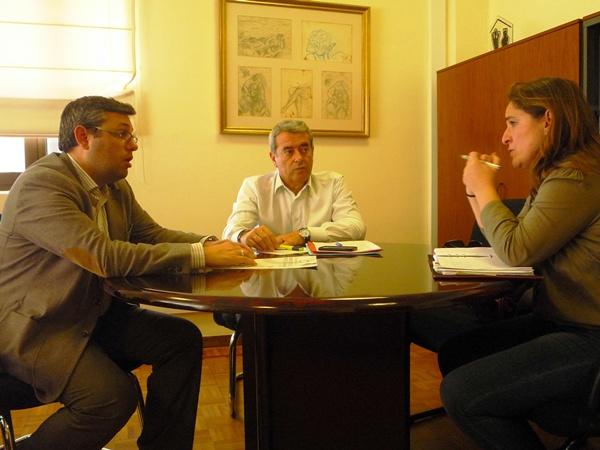 Los consejeros insulares Pérez y Abreu, junto a Nuria Campos, gerente de la Asociación de Parkinson. / DA