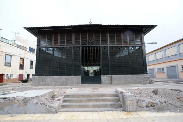 La estructura que fuera parte de la antigua recova de Santa Cruz se trasladó a García Escámez en 1945. / J. G.