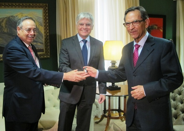 Antonio Castro recoge el proyecto de ley de armonización. | DA