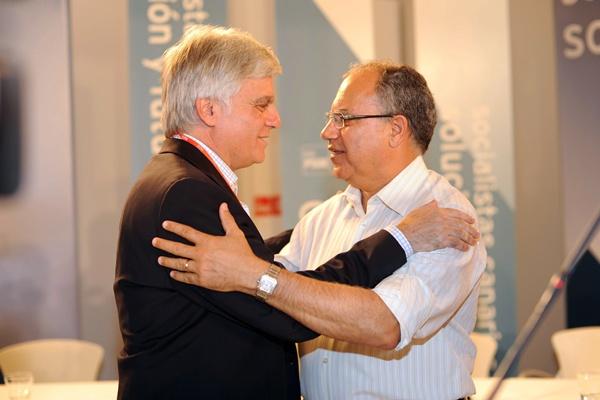 José Miguel Pérez y Casimiro Curbelo, en una foto de archivo, se saludan durante un acto electoral. / S. MÉNDEZ