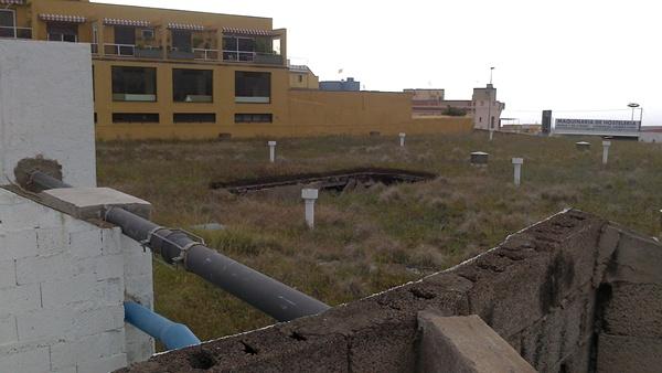 La cubierta del depósito de Charca de La Vera debe costearla la empresa. / DA