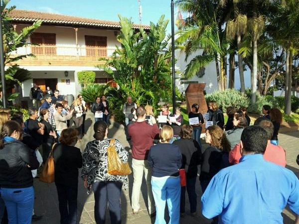 Cerca de 40 empleados se concentraron por fuera del Consistorio. / DA