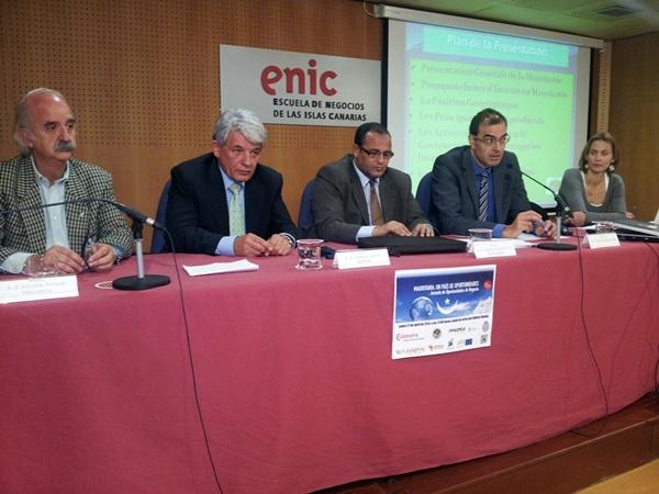 Los representantes de la Cámara, el Gobierno canario y el Cabildo, junto al cónsul mauritano. / DA
