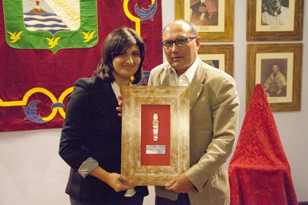 Carmen Luisa Castro entregó el premio a Florentín Duque. / DA