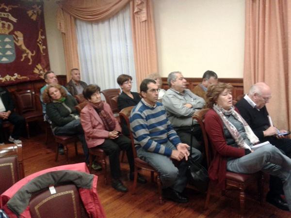 Familiares y miembros del patronato asistieron ayer al Pleno. / DA