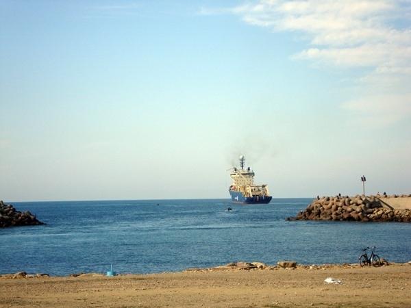 Imagen del barco cablero que realizó la conexión con la localidad marroquí de Assilah. | DA