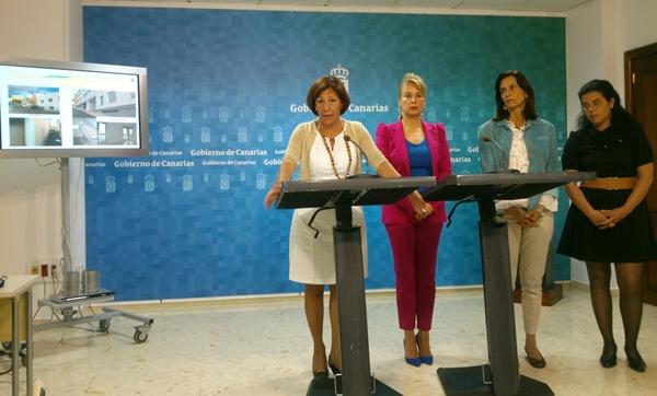 Inés Rojas, ayer, en rueda de prensa junto al resto de su equipo directivo del área de Vivienda.   DA