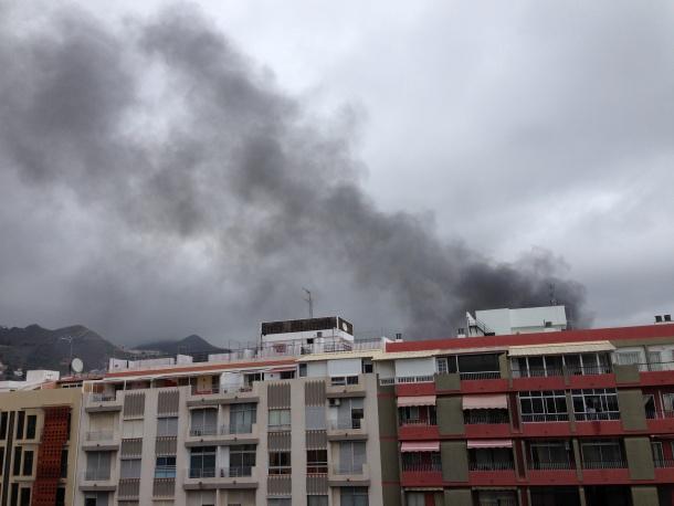 La columna de humo era visible desde varios puntos de la capital tinerfeña. / DA
