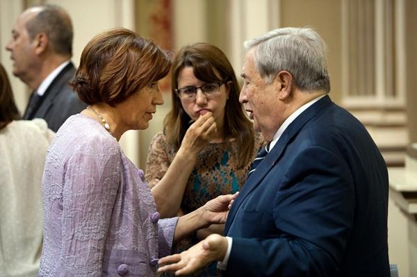 Saavedra dialoga con la consejera de Políticas Sociales, Inés Rojas,  al término del pleno de ayer. / FRAN PALLERO