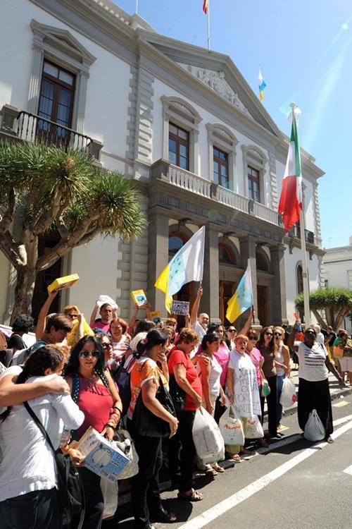 Manifestación de extrabajadoras de Mararía, en el Ayuntamiento. / J. G.
