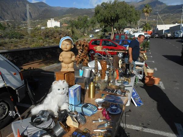 El mercadillo se instala todos los martes en la zona de Guaza, al lado del barranco de Badajoz. / DA