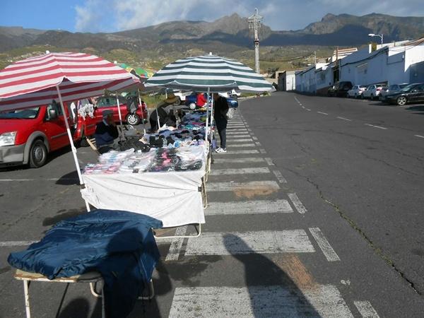 El mercadillo de los martes, dedicado a textil y objetos de todo tipo, se instala en la zona de Guaza. / DA