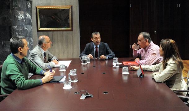 Momento de la reunion Paulino y Spinola con CC y PSOE