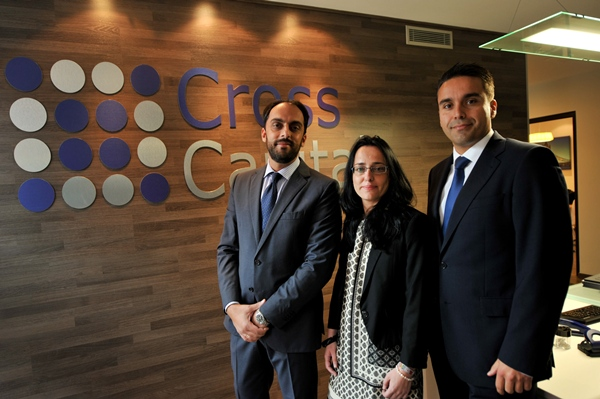 Munesh Melwani, junto al resto de sus directivos: Johanna Prieto y José Francisco Fajardo (derecha), en la sede de la empresa, en Santa Cruz. | FRAN PALLERO