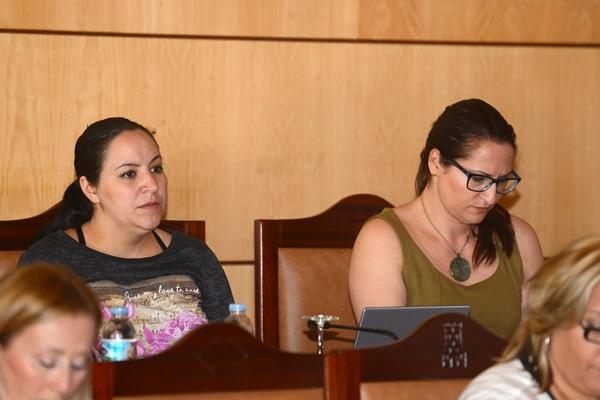 Nazaret Díaz, portavoz de CC, a la derecha. | SERGIO MÉNDEZ