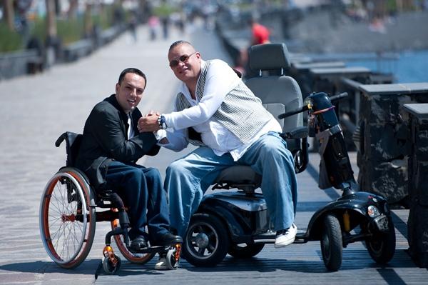 Oliver Déniz y Moise González, en la avenida marítima de Punta Larga, uno de los ejemplos de accesibilidad de Candelaria. | FRAN PALLERO
