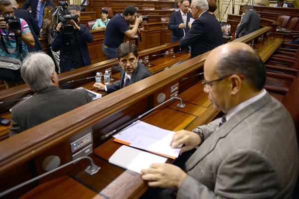González Ortiz (de frente), junto a José Miguel Pérez (de espaldas), en el pleno del Parlamento. / SERGIO MÉNDEZ