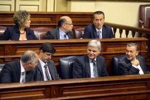 Parte del Gobierno regional y del grupo nacionalista, ayer en la sesión plenaria. / SERGIO MÉNDEZ
