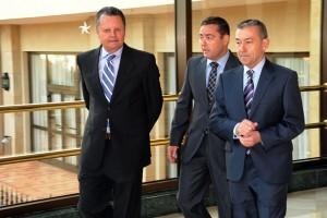 Cabrera, Muñoz y Rivero charlan antes de la conferencia en el hotel Iberostar Anthelia, en Costa Adeje. / DA