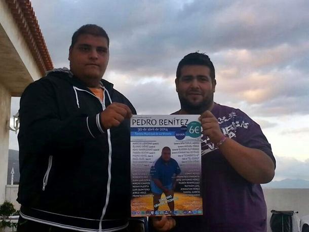 El presidente del Arguama Yeray Crespo, y el luchador Pedro Benítez con un cartel de la luchada benefica