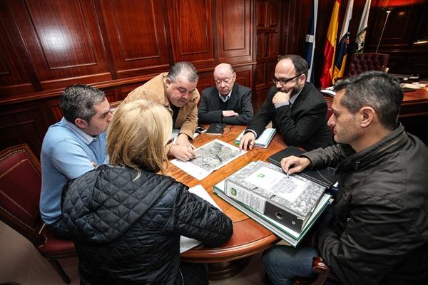 Reunión entre representantes del Cabildo y del municipio de El Rosario para definir las iniciativas. / DA