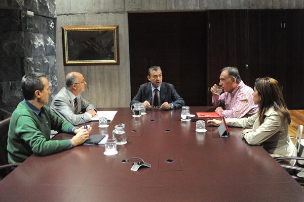Reunión del Gobierno canario con representantes de los grupos nacionalista y socialista. | DA