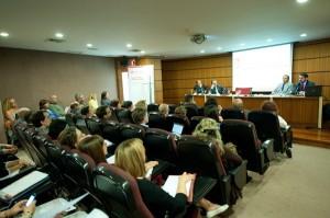 El salón de actos se llenó en el acto patrocinado por Santander Justicia. / F.P.