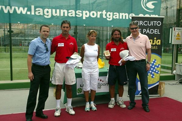 Javi Silva y Gustavo Davirro, recogiendo un premio de un torneo en Laguna Sport. / DA